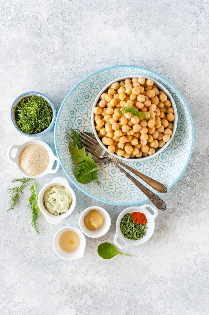 All the ingredients to make chickpea salad.